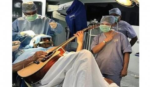 """边弹吉他边做开脑手术:音乐家患上罕见疾病""""音乐家肌张力障碍"""""""